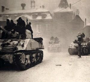 Les chars de La 5àme DB se préparent à entrer à Colmar