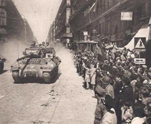 Chasseur de chars du 9ème RCA pénétrant dans Marseille.