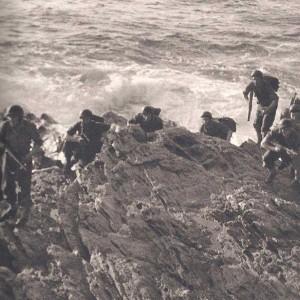 A l'aube, les commandos abordent la côte en vue d'atteindre les batteries à détruire.
