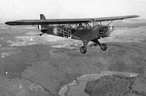 Piper Cub de la Première Armée Française survolant la vallée du Danube