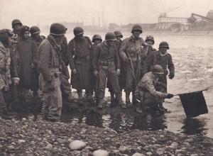 Les cavaliers d'un escadron blindé trempent le fanion de leur unité dans les eaux du Rhin