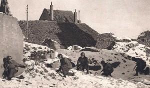 Un groupe de fantassins progresse dans un hameau vosgien
