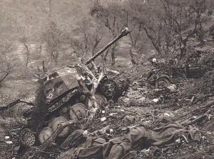 Débris d'une unité motorisée allemande prise à partie par notre artillerie