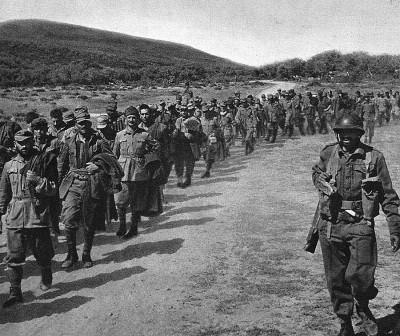Colonne de prisonniers italiens et allemands acheminée vers l'arrière