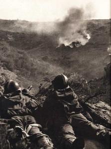 Avant l'attaque, notre artillerie pilonne l'ennemi