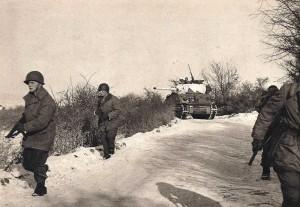 Progression d'infanterie appuyée par des chars
