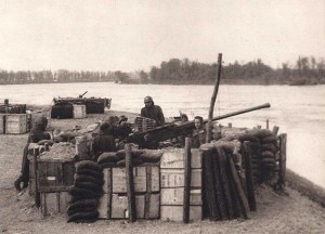Objectif de choix pour l'aviation adverse, le pont est défendu par une batterie de 40 Bofors