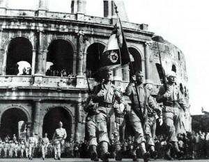 Défilé à Rome - Au fond : le Colisée